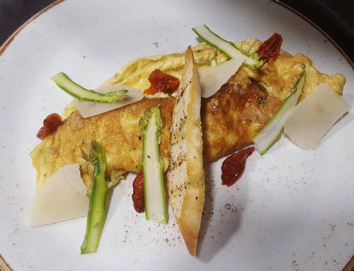 Ομελέτα με σπαράγγια, φέτα και κρεμμυδι (4 άτομα)